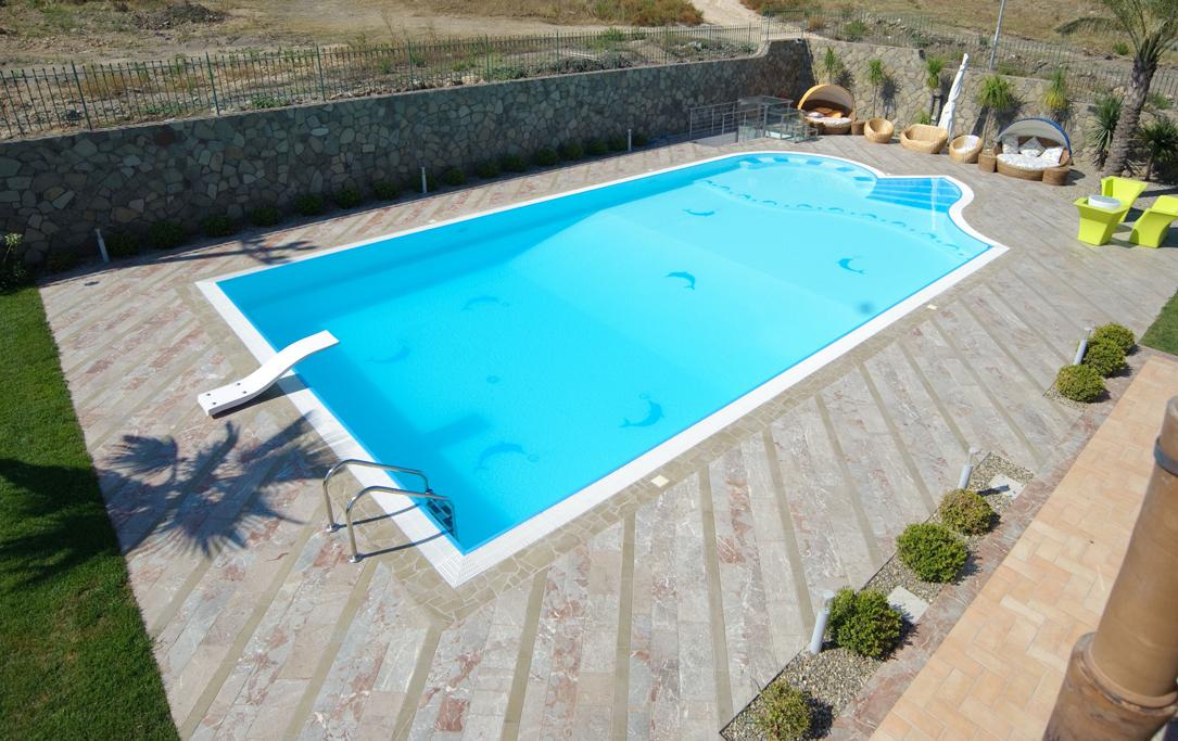 Come creare un solarium accogliente per una piscina personale