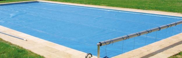 Copertura isotermica per una piscina protetta anche d for Riparare piscina