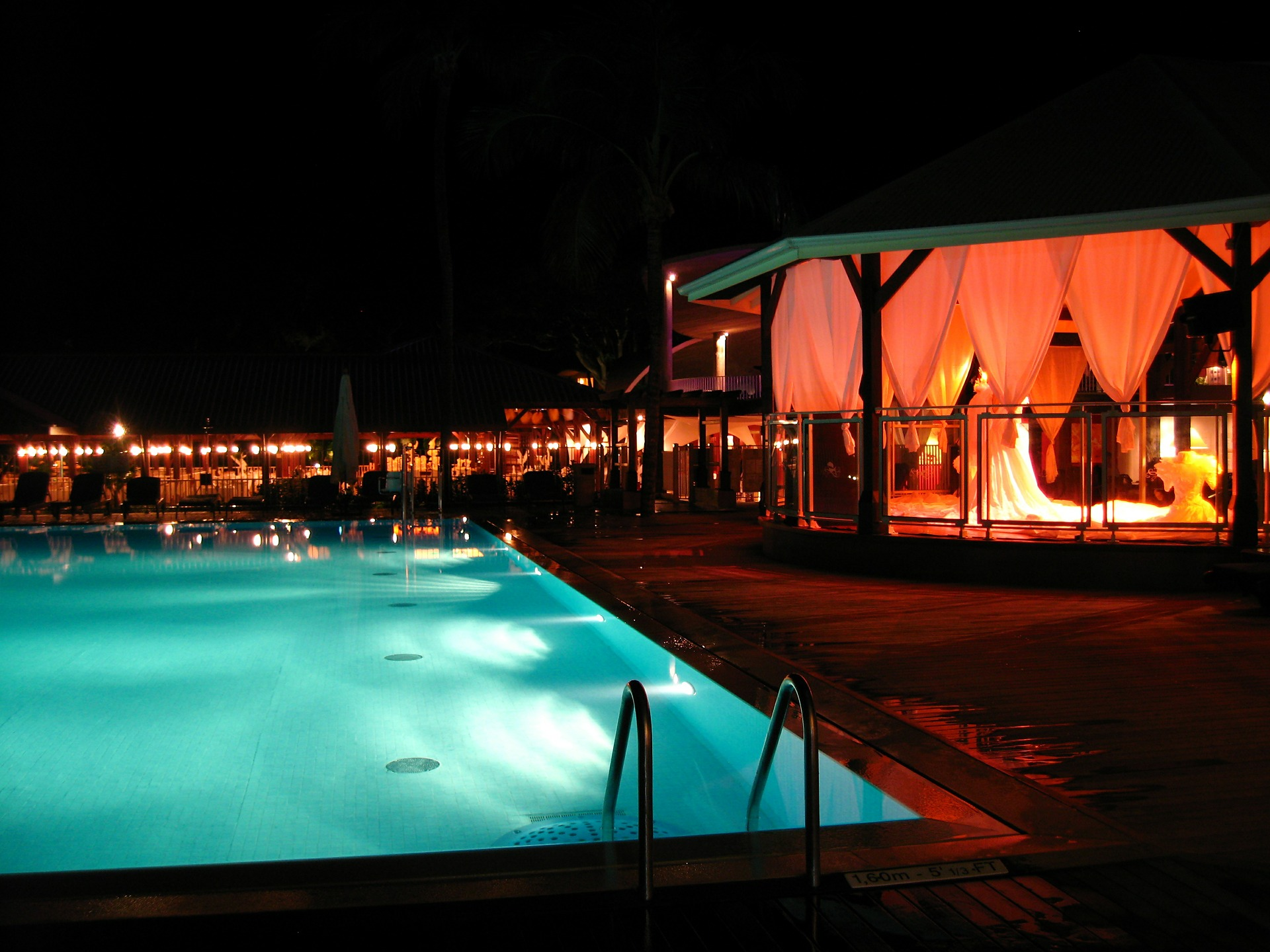 festa in piscina di notte